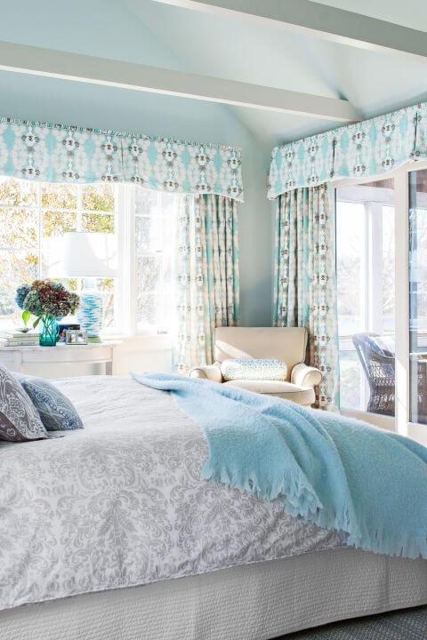 синие аксессуары в комнате