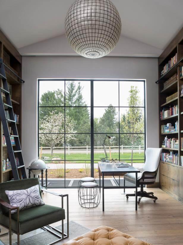 офис с креслом для чтения